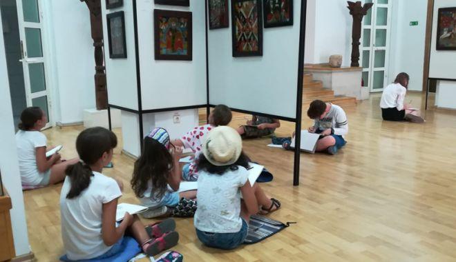 Elevii se inspiră  din icoanele ţărăneşti pe sticlă - copii1-1531325448.jpg