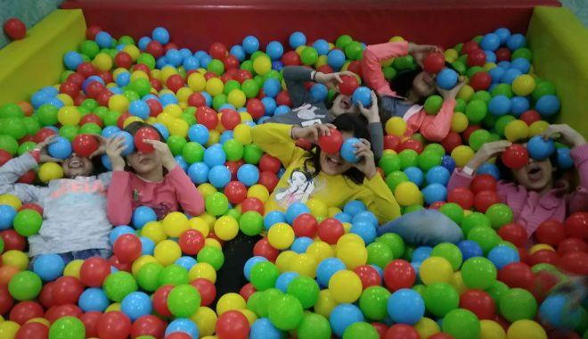 "Foto: Copiii din centrele de plasament, vizită la ""Museum of Senses"" de la Vivo"