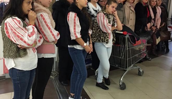 Foto: Copiii din centrele de plasament vând podoabe de Crăciun
