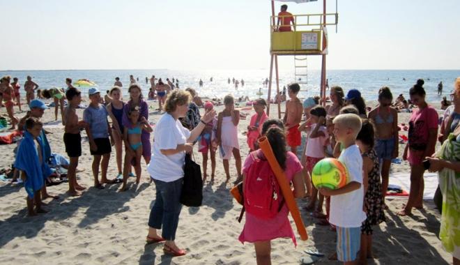 """Foto: Copiii aflaţi în Tabăra """"Delfinul"""" din Năvodari, învăţaţi când să apeleze 112"""