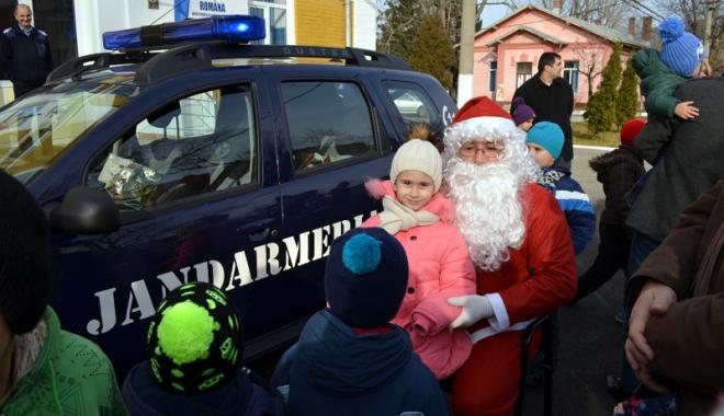 Foto: Copiii jandarmilor au primit vizita lui Moş Crăciun