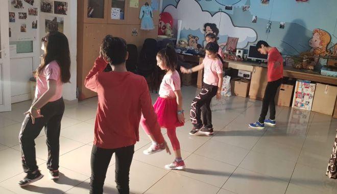 """Foto: Copiii de la Centrul de Plasament """"Delfinul"""" se antrenează pentru Festivalul de dans"""