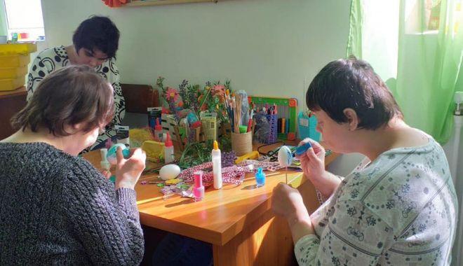 Foto: Copiii din centrele de plasament fac expoziţie de Paști