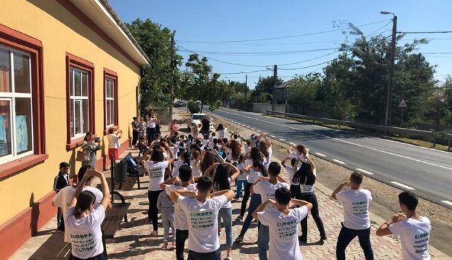 Copiii din Satu Nou sunt încurajaţi să meargă la şcoală - copiiidinsatunou-1537711681.jpg