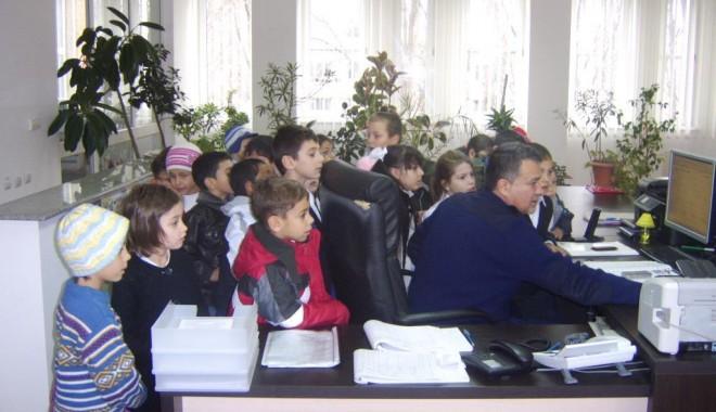 Copiii de la Școala 19, în vizită la Poliția Rutieră - copiilarutiera-1322228908.jpg