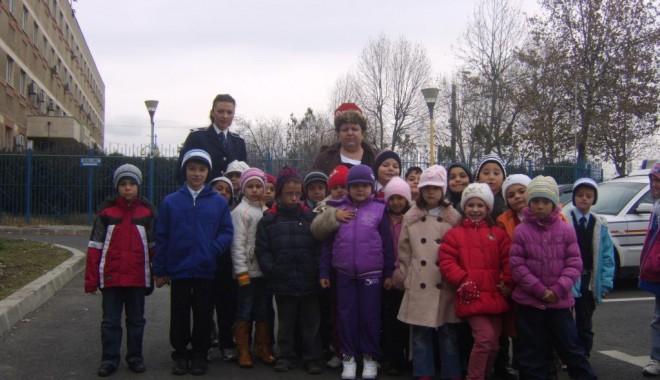 Copiii de la Școala 19, în vizită la Poliția Rutieră - copiilarutiera1-1322228925.jpg