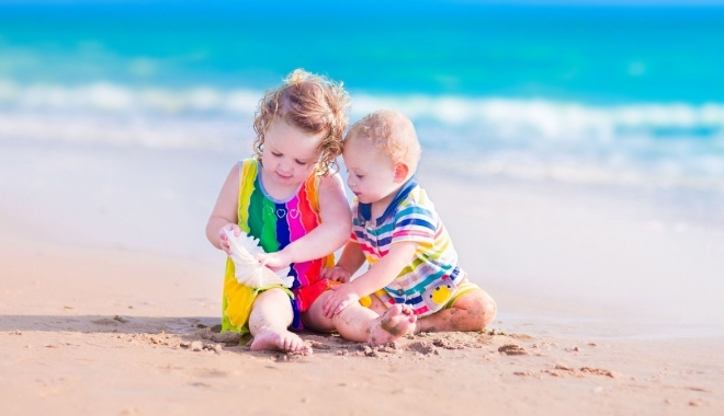 Foto: Cu bebelușii și copiii la plajă. Ce sfaturi are medicul pediatru pentru părinți