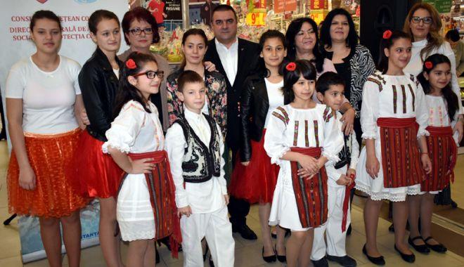 Foto: Expoziţie cu vânzare, realizată de copiii din centrele de plasament