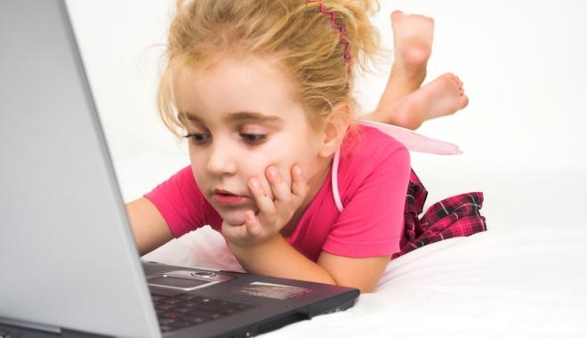 Foto: Greşeala uriaşă a părinţilor care îşi lasă copiii prea mult la telefon şi laptop
