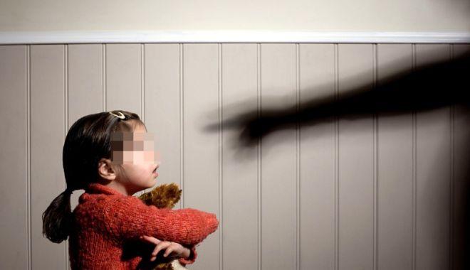 Foto: Drama unei fetiţe de cinci ani. Maltratată de propria mamă şi bunică