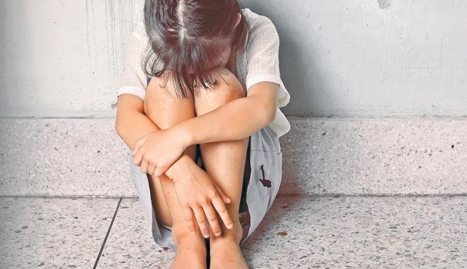 Foto: Bestie cu chip de om! Copilă de 13 ani, lăsată gravidă de tatăl vitreg