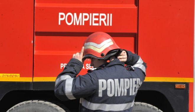 Foto: UPDATE / Copil blocat în maşină, în Constanţa. Intervin pompierii
