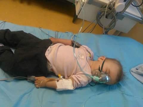 Foto: COPIL de 8 luni, UCIS DE MENINGITĂ. Medicii au spus că are febră de la roşu în gât şi de la erupţia dentară