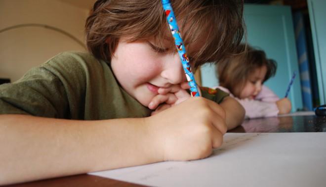 Foto: Copilul refuză să îşi facă temele. Cum reacţionăm?