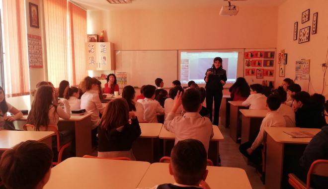 Foto: Clase de elevi din Constanţa, vizitate de poliţişti