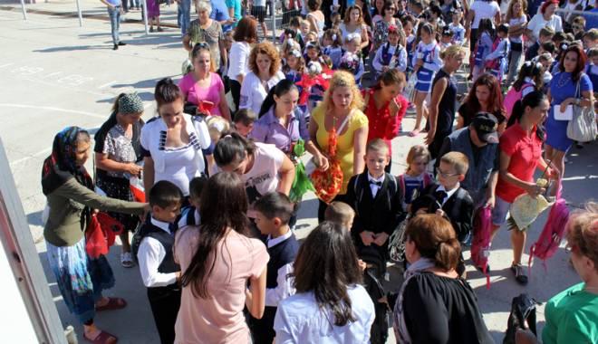 """Foto: """"Cora România"""" încurajează educaţia în rândul copiilor din şcolile de la sate"""