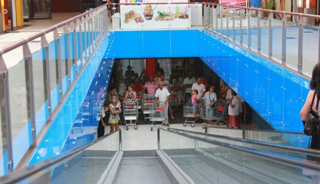 Îmbulzeală mare! S-a deschis centrul comercial Cora Brătianu - corabratianu3-1374766538.jpg