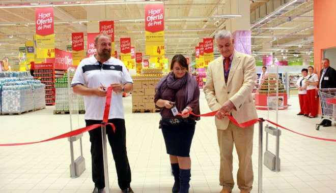 Îmbulzeală mare! S-a deschis centrul comercial Cora Brătianu - corabratianu30-1374766512.jpg