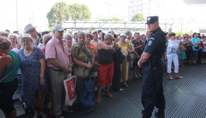 Îmbulzeală mare! S-a deschis centrul comercial Cora Brătianu - corabratianu93-1374766597.jpg