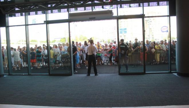 Îmbulzeală mare! S-a deschis centrul comercial Cora Brătianu - corabratianu96-1374766604.jpg