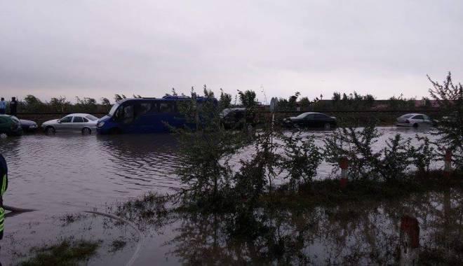 Foto: Potop la Constanţa / CLIPE DE COŞMAR PENTRU UN BĂRBAT PRINS DE VIITURĂ. Ce spun medicii