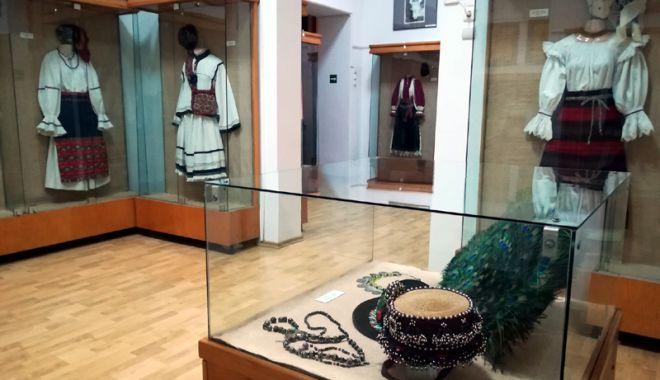 Foto: Costume tradiţionale, admirate la Muzeul de Artă Populară