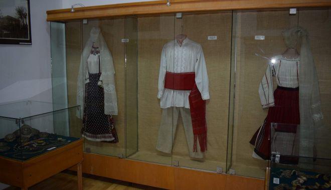 Să nu uităm tradiția! Costume de mare valoare, la Muzeul de Artă Populară - costume1-1606418717.jpg