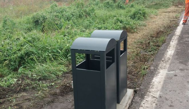 Foto: Coşuri de gunoi, pe marginea drumului, în sudul litoralului