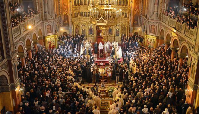 Credincioșii prăznuiesc  Acoperământul Maicii Domnului - credinciosii1-1569419517.jpg