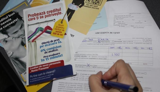 Bărbaţii iau cel mai uşor credite pentru achiziţionarea unei case - creditbancasolicitare1-1366884921.jpg