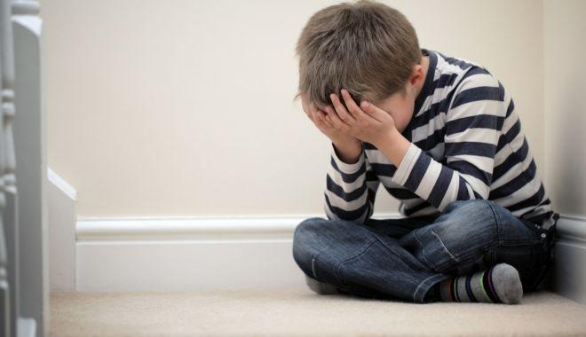 Foto: Cresc cu dor în suflet! Mii de copii lăsaţi în urmă de părinţii plecaţi la muncă în străinătate