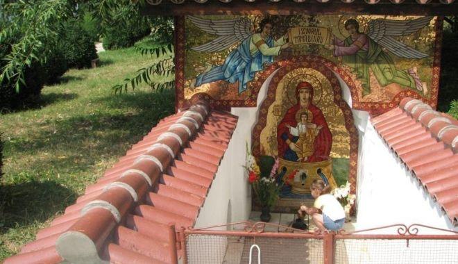Foto: Creștinii ortodocși sărbătoresc, astăzi, Izvorul Tămăduirii