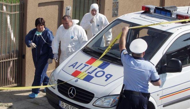 Foto: Moarte violentă! Două cadavre, mamă şi fiu, găsite într-un apartament