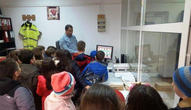 Criminaliştii şi mascaţii,  vizitaţi de elevii constănţeni - criminalistii1-1521657161.jpg