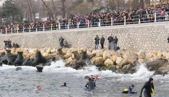 Foto: UPDATE / De Bobotează, zeci de bărbaţi vor înota după cruce