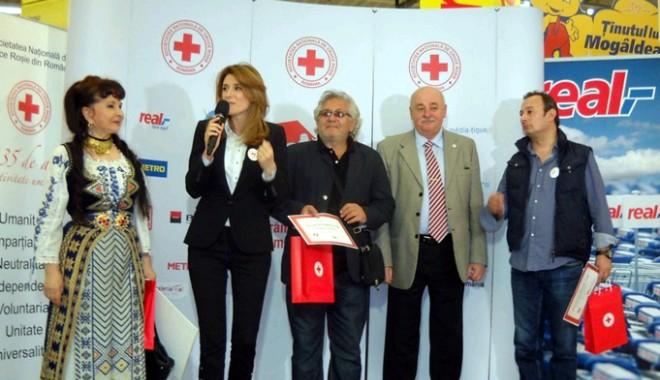 Vedetele care au ajutat  Crucea Roșie să strângă alimente pentru nevoiașii Constanței - crucearosie-1334243157.jpg