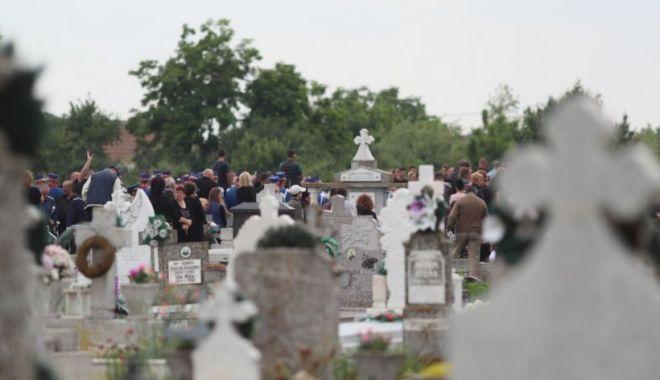 Un muncitor a murit în cimitirul din Brad, după ce s-a răsturnat cu utilajul - cruci-1631814978.jpg