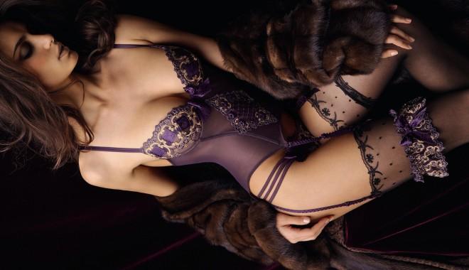 Особа в кружевном нижнем белье обнажает свои формы и мастурбирует пальцем киску  310195