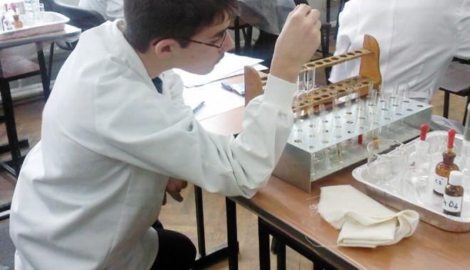 """Foto: Cum descoperă elevii constănţeni """"Miracolul Ştiinţelor"""""""