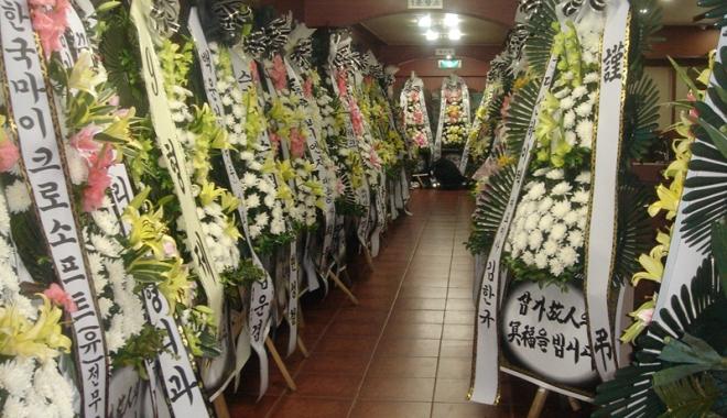 Foto: Vor sta cu mortul în casă? Nunţile şi înmormântările, interzise
