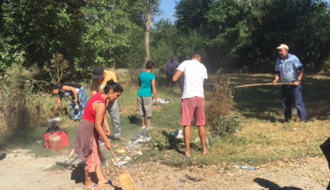 """Foto: Au făcut curăţenie la fostul complex sportiv din """"Badea Cârţan"""""""