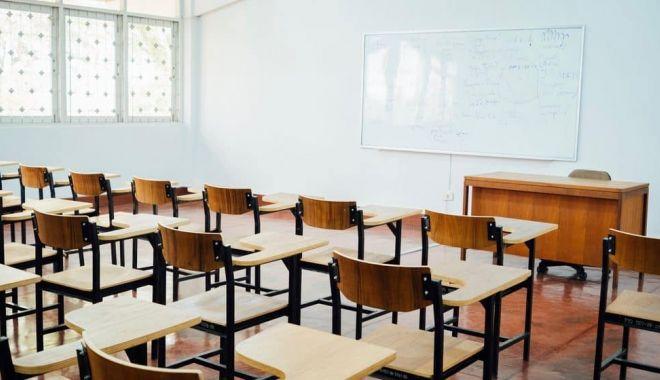 Foto: Cursurile faţă în faţă, suspendate în şcolile unde sunt secţii de votare