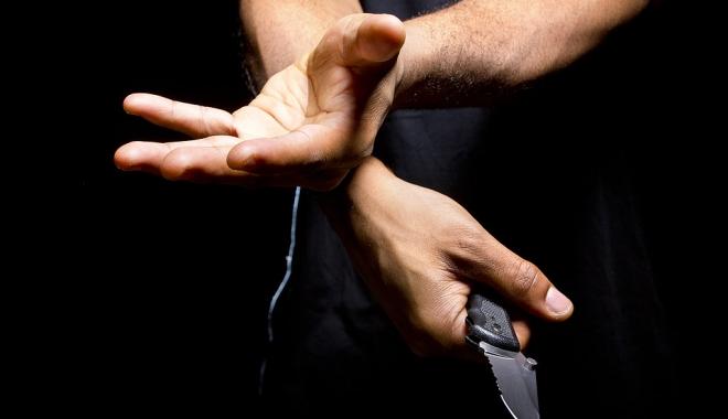 Foto: Înjunghiat în gât cu un cuţit, în plină stradă