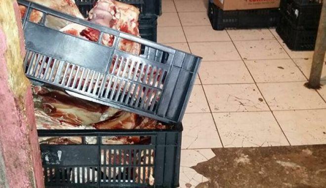 Foto: Galerie FOTO-VIDEO. Imagini şocante dintr-o măcelărie din Piaţa Tomis III Constanţa. Ce mizerii primeau clienţii în loc de carne