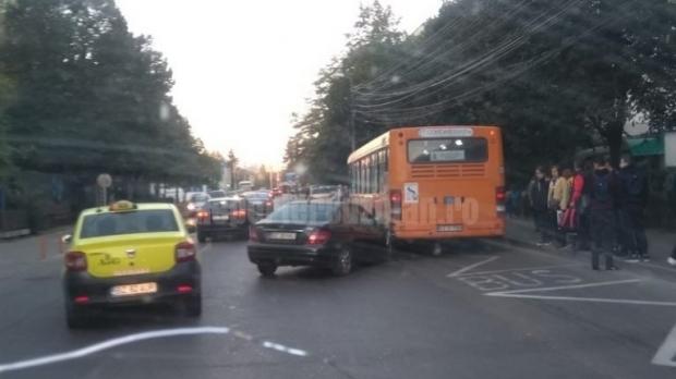 Foto: Elev rănit în drum spre şcoală, după ce mama lui a pierdut controlul volanului