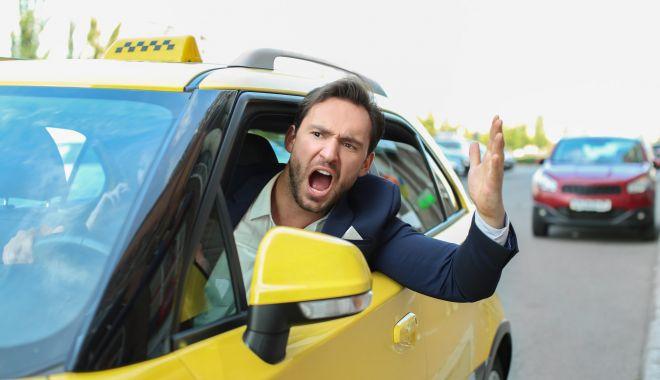 Foto: Dacă superi şoferul de taxi, mergi pe jos