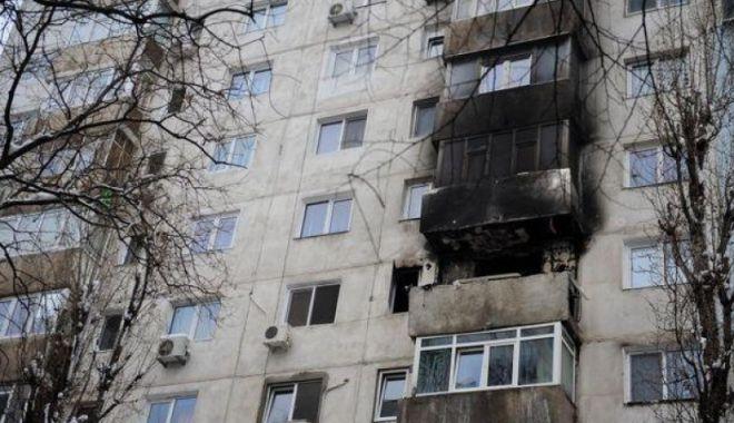 Foto: EXPLOZIE într-un bloc! Flăcările a ajuns până la etajul 4, iar un bărbat are arsuri grave