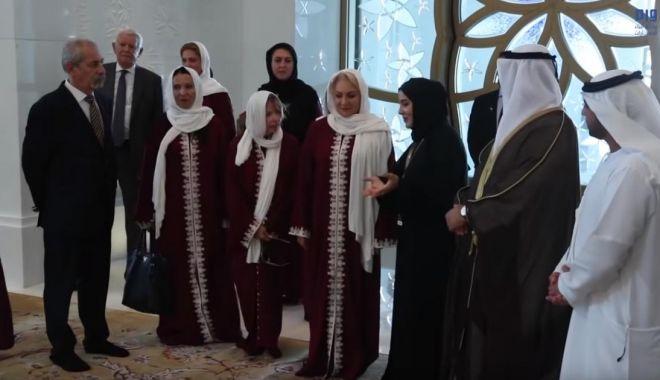 Foto: Viorica Dăncilă, îmbrăcată în haine islamice la Moescheea Sheikh Zayed din Abu Dhabi