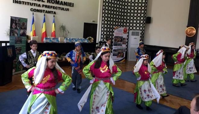 """Foto: Dansurile tradiţionale şi cântecele de primăvară, la Festivalul """"Primăvara Comunitară"""""""