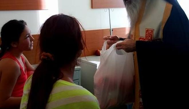 Foto: Pachete pentru copiii internaţi în Spitalul Judeţean Constanţa